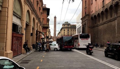 BOLOGNA: Autista del bus colto da malore trascina un taxi | VIDEO