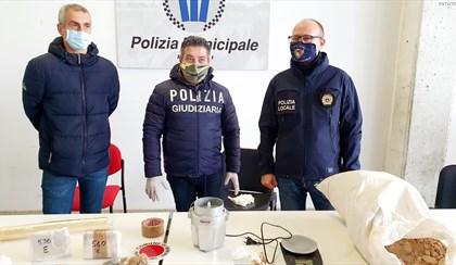 RIMINI: 22 chili di droga, la polizia municipale arresta pusher 28enne | VIDEO